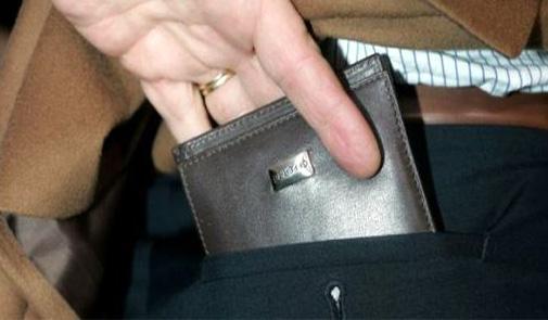 عاجل: سرقة حقيبة خليجي بممر