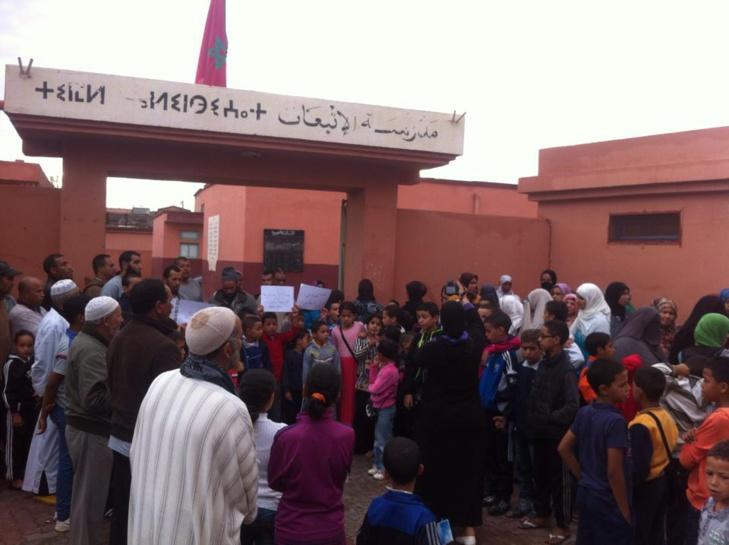 احتجاجات أمام مدرسة الإنبعاث بسيدي يوسف بن علي بمراكش بسبب الخصاص في الأساتذة + صور