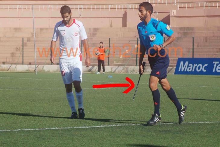 لقطة الأسبوع: حكم مساعد في كرة القدم يستعمل عمودا بدل العلم الخاص بالشرط