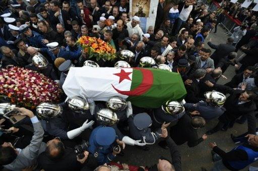 آلاف المشيعين يودعون آيت أحمد المعارض الأبدي للنظام الجزائري