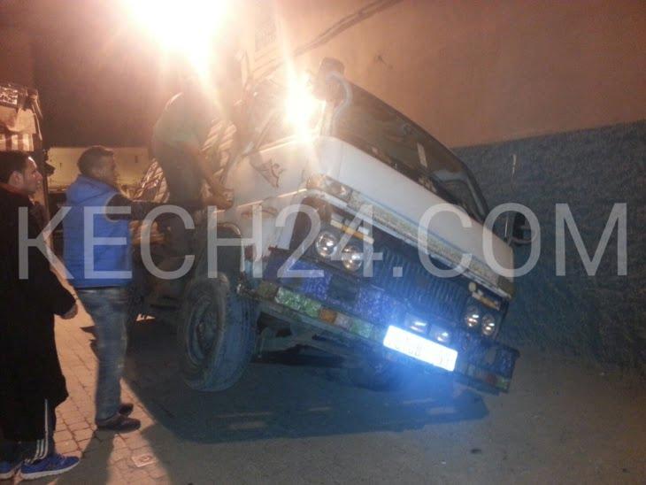 عاجل: انقلاب شاحنة محملة بكمية من الأعواد بحي الموقف بمراكش + صور حصرية