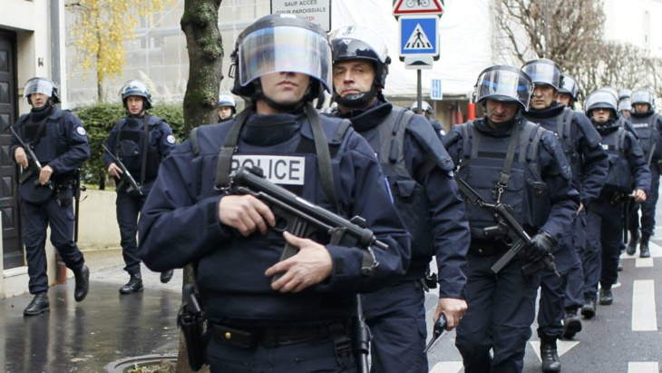 الشرطة الفرنسية تقتل شخصا هتف