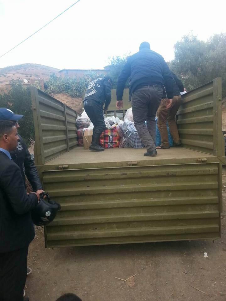 بالصور: الجمعية المراكشية لدراجي الأطلس توزع أغطية ومواد غذائية على مواطنين بأعالي جبال الحوز