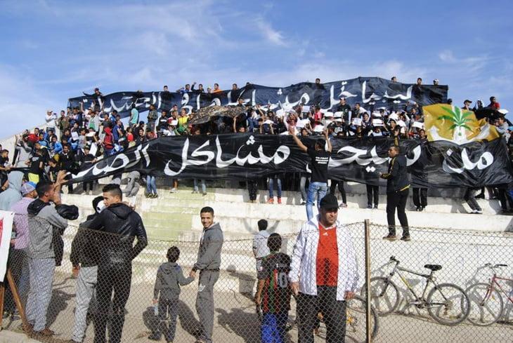 """لافتة جمهور فريق محلي: """"ليبيا تحل مشاكلها في الصخيرات.. من سيحل مشاكل الصخيرات؟"""""""
