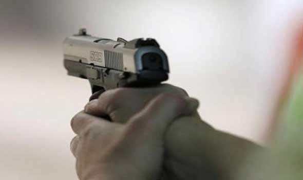 شرطي يشهر مسدسه في وجه تلاميذ حاصروا دورية أمن