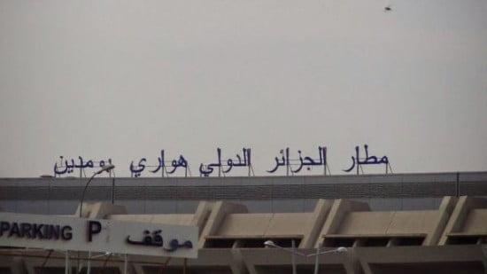 الجزائر تحتجز 74 مغربيا بمطار بومدين لهذا السبب