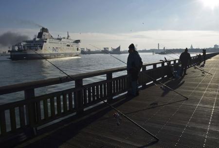 مهاجرون يقتحمون ميناء كاليه الفرنسي ويعتلون عبّارة بريطانية