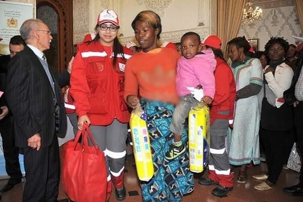 توزيع مساعدات إنسانية على مهاجرين ولاجئين من دول إفريقيا جنوب الصحراء بالداخلة