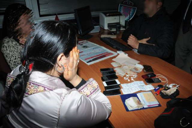 الأمن يعتقل فتيات مخمورات يعتدين على المارة بالسيوف