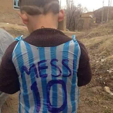 العثور على الطفل الذي ارتدى قميصا لميسي من البلاستيك