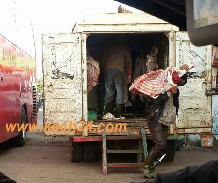 بالصور: هكذا يتم نقل وتوزيع اللحوم بجماعة صخور الرحامنة في الطريق بين مراكش والبيضاء