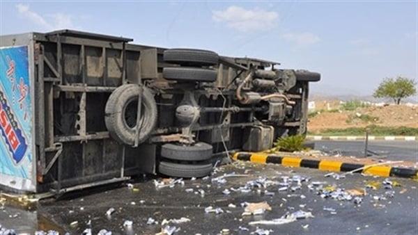 انقلاب شاحنة يتسبب في مقتل شخص وإصابة آخر بجروح