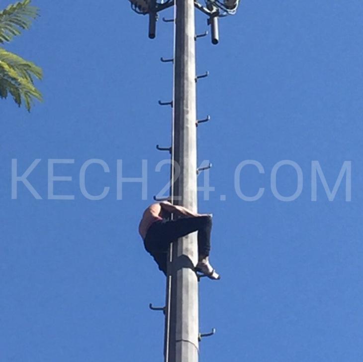 عاجل : شاب يتعرى من ملابسه ويهدد بالانتحار من فوق لاقط هوائي وسط جيليز بمراكش + صورة حصرية