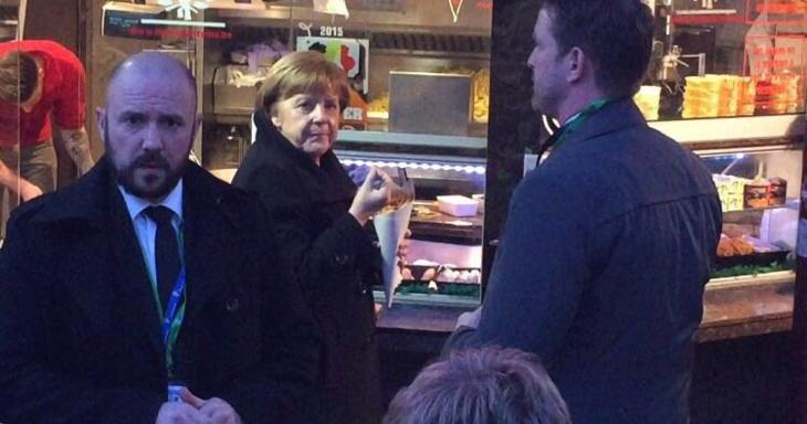 أنجيلا ميركل تغادر قاعة اجتماعات قمة بروكسل لتناول البطاطا المقلية