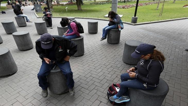 علماء: الهواتف الذكية تسهم في تدهور الحالة النفسية