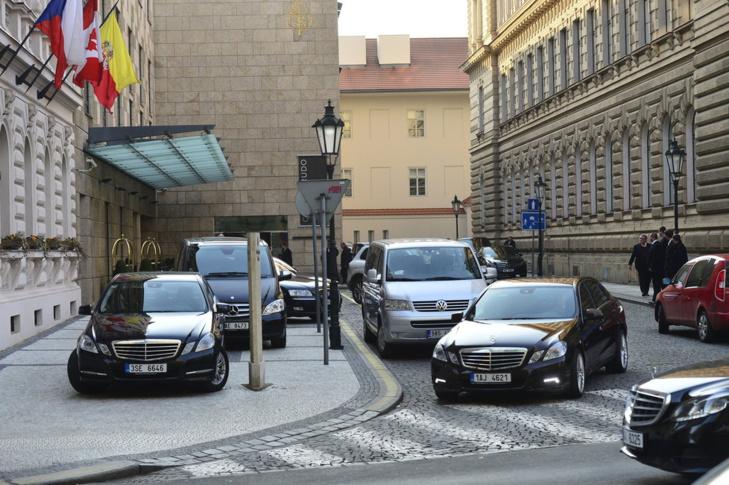 بالصور: الصحافة التشيكية ترصد تفاصيل وكواليس الزيارة الملكية للعاصمة