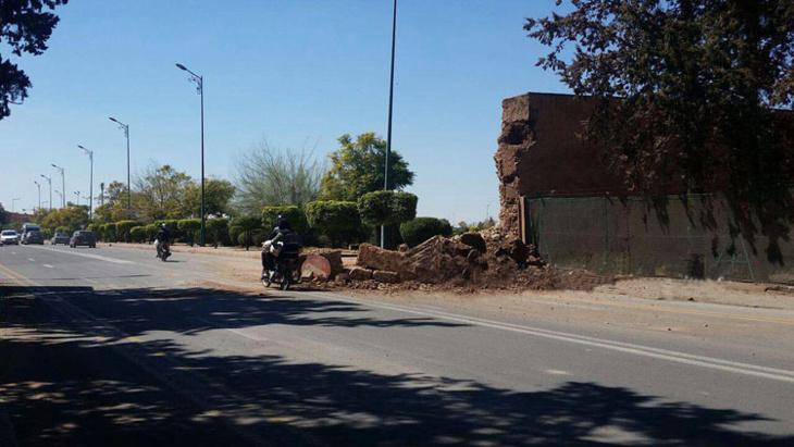 انهيار جزء من سور حدائق أكدال يغلق الطريق أمام القادمين من حي سيدي يوسف بن علي