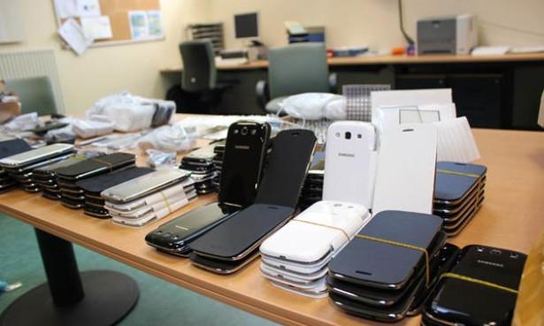 إيقاف شخصين حاولا تهريب هواتف ذكية ومبلغ مالي من العملة الصعبة