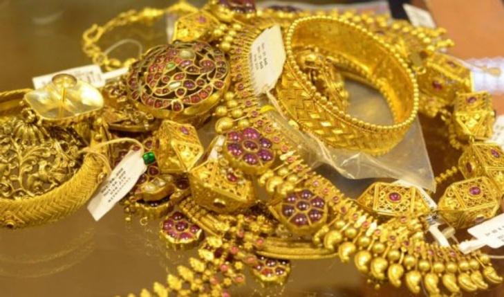 الجمارك تحبط محاولة تهريب حلي ذهبية قيمتها 45 مليون وساعات يدوية غالية الثمن