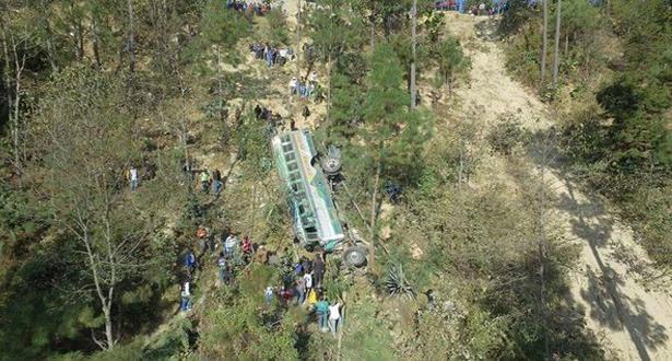 بالصور: مقتل 19 شخصا في حادث انقلاب حافلة في واد شديد الانحدار بغواتيمالا