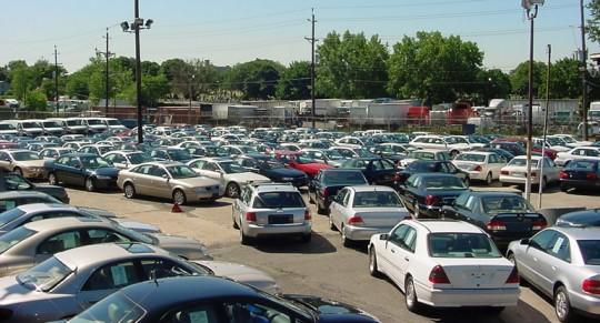مسيرة غضب جماهيرية احتجاجا على تحويل أحياء بكاملها إلى أسواق عشوائية لتجارة السيارات المستعملة بمراكش