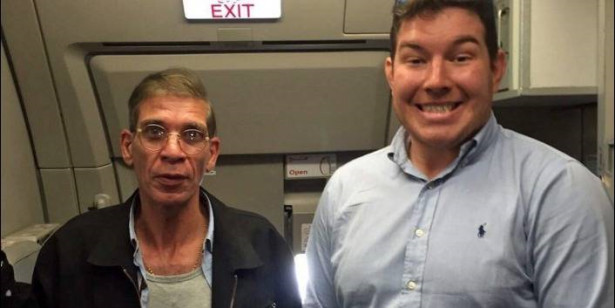 صورة مثيرة وغير متوقعة لرهينة بريطاني مع مختطف الطائرة المصرية