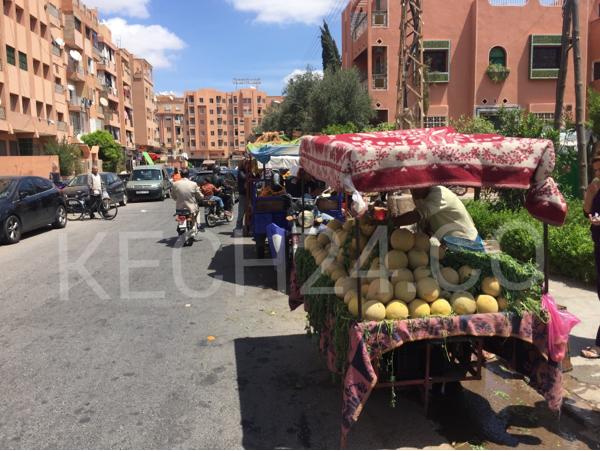 زنقة تتحول إلى سوق عشوائي وسط صمت السلطة المحلية بمراكش + صورة