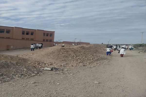 مطرح غير مرخص يحول ثانوية إلى جزيرة معزولة وسط بحر من الكثبان الترابية بإقليم مراكش