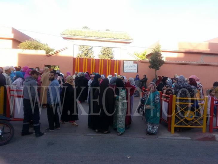 إحتجاجات أمام مدرسة الإمام السهيلي بسيدي يوسف بن علي للتنديد باعتداء أستاذ جنسيا على تلميذ