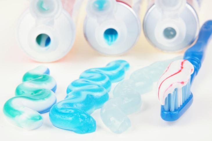 خبراء يكشفون تسبب مبيضات للأسنان في الأسواق الشعبية بالشلل