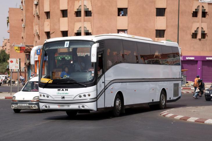 تنقل فريق المغرب الفاسي الى مراكش على متن حافلة لنقل المسافرين يثير جدلا في المغرب