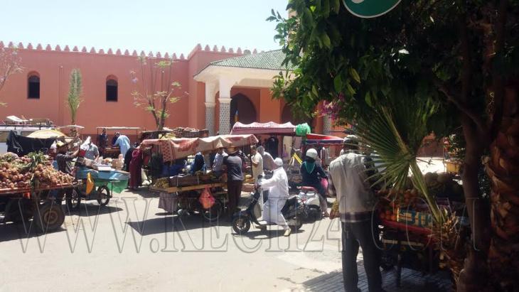 الباعة المتجولون يحولون محيط مسجد الوحدة الخامسة بمراكش لسوق عشوائي وسط إستياء الساكنة + صور