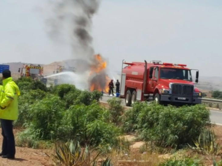 إستنفار بالطريق السيار بين مراكش والبيضاء بسبب اندلاع حريق في شاحنة صهريجية لنقل المحروقات