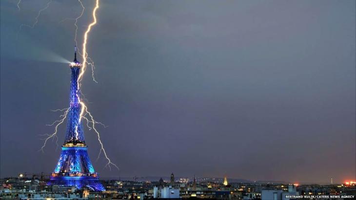 البرق يصعق 11 شخصا بينهم 8 أطفال في باريس ستة منهم إصاباتهم خطيرة