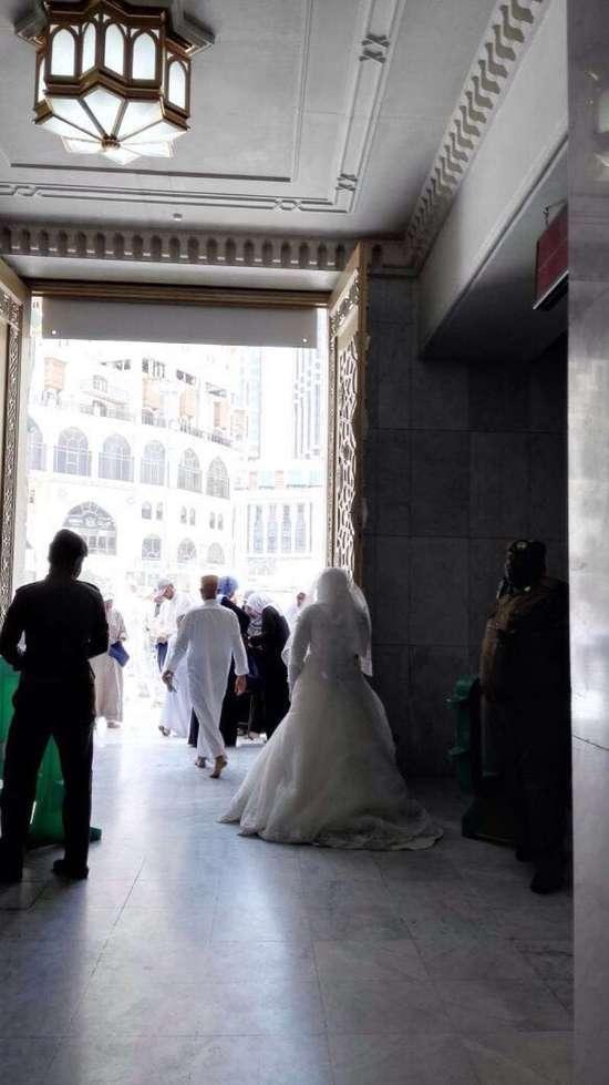 فيديو وصور امرأة تحاول دخول الحرم المكي بزي غريب