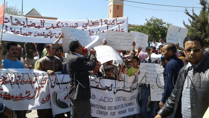 عاجل: العشرات من المواطنين يحتجون أمام قيادة أكفاي نواحي مراكش + صور
