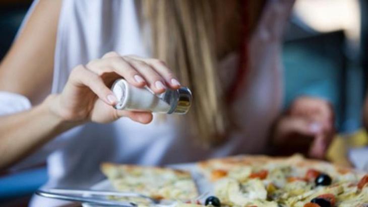 علماء يثبتون خطورة الحمية القليلة الملح