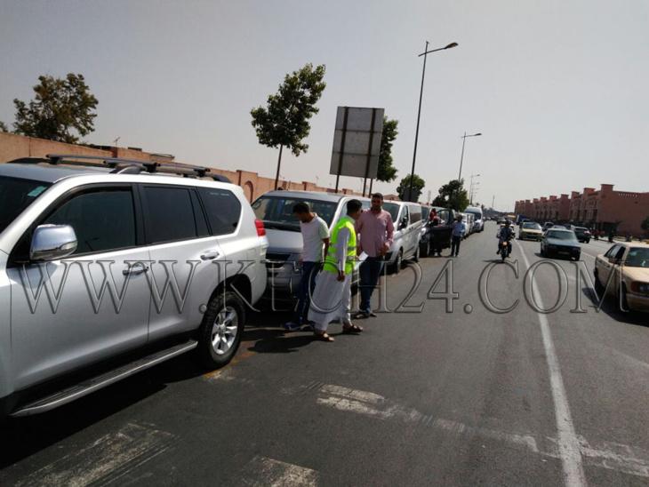 مهنيو النقل السياحي يضربون بشكل إنذاري عن العمل بمطار مراكش المنارة لهذا السبب + صور