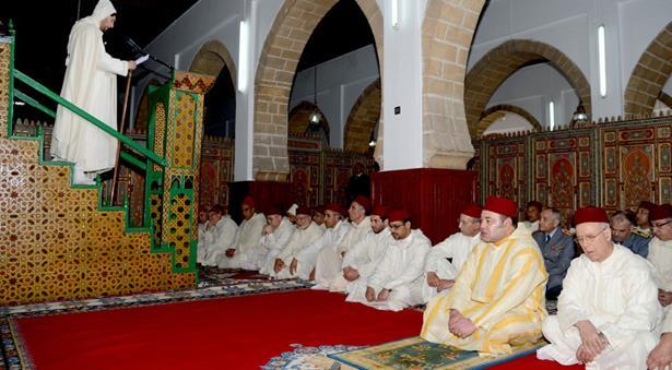أمير المؤمنين يؤدي صلاة عيد الفطر المبارك بالمسجد المحمدي بحي الأحباس بالدار البيضاء