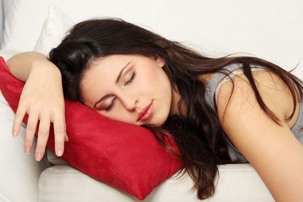 لماذا تحتاج النساء للنوم أكثر من الرجال؟