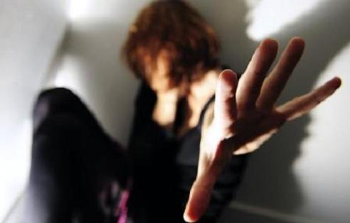 هكذا اعتدى شاب على امرأة خمسينية بسكين بعدما منعته من مضاجعتها