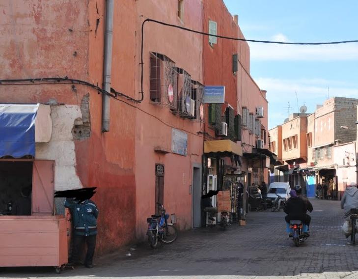 أزقة بعرصة البردعي بالمدينة العتيقة لمراكش تتحول إلى مسرح للقمار وتعاطي المخدرات