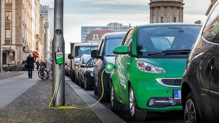أعمدة الكهرباء تتحول إلى محطات شحن للسيارات الكهربائية قريبا