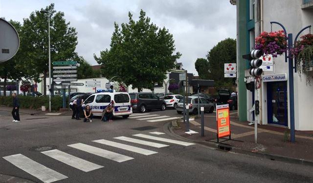 مسلحان يذبحان راهبا في كنيسة ويحتجزان رهائن بمنطقة النورماندي بفرنسا