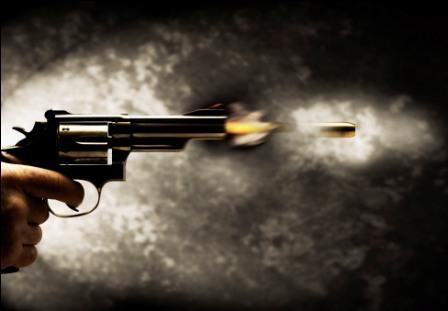 شرطي يفتح النار على