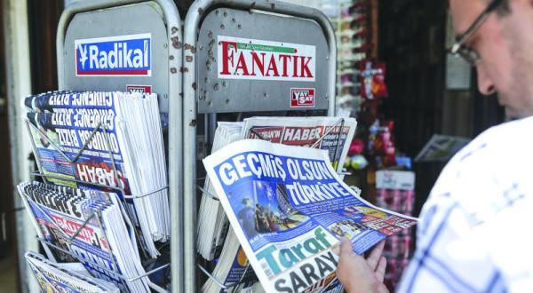 بعد اعتقال صحافيين... تركيا تغلق 45 جريدة و16 قناة تلفزيونية