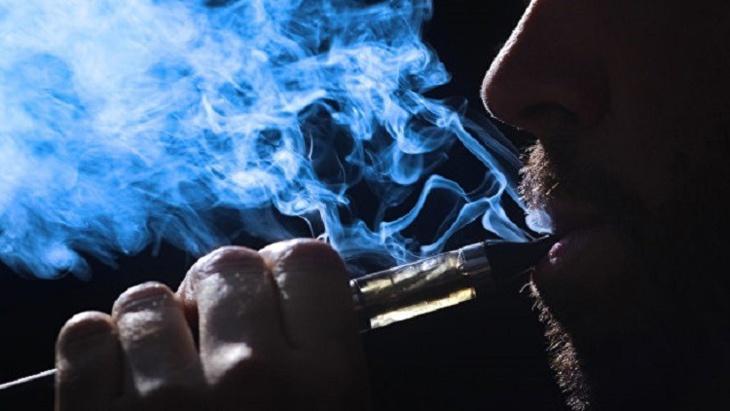 العلماء يقرون بأن السجائر الإلكترونية مضرة بالصحة