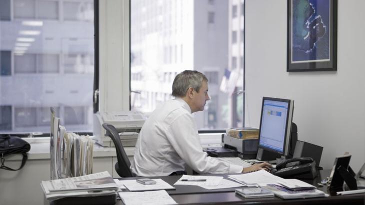 علماء: الجلوس أكثر من 10 ساعات يوميا يهدد بأمراض خطيرة
