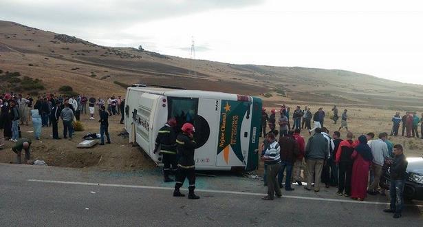 قتيل و44 جريحا في انقلاب حافلة للمسافرين