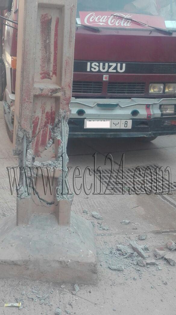 شاحنة تكسر عمودا كهربائيا بتسلطانت نواحي مراكش ومخاوف في أوساط المواطنين من